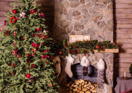 Decoración navideña con flores y verdes